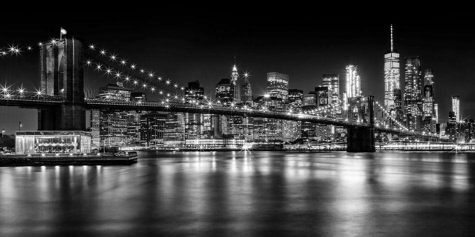 Nacht Skyline MANHATTAN Brooklyn Bridge monochroom van Melanie Viola