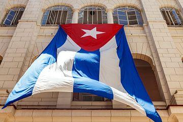 Un grand drapeau cubain est accroché dans le patio du Musée de la Révolution à La Havane, Cuba. sur WorldWidePhotoWeb