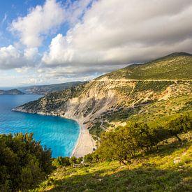 Myrtos strand in Kefalonia, Griekenland van Michèle Huge