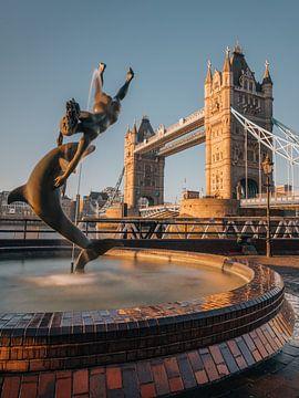 Mädchen mit dem Delphin und der Tower Bridge, London. von Lorena Cirstea