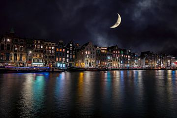 Stadsgezicht van Amsterdam aan de Amstel bij nacht van Nisangha Masselink