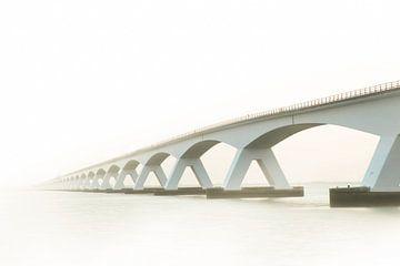 Zeeländische Brücke im Nebel, Zeeland Niederlande. von Gert Hilbink