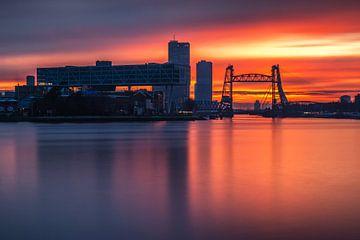 Rode zonsondergang in Rotterdam
