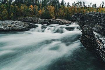 Stroomversnelling in Noorse rivier van Colin van Wijk