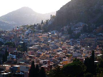 Uitzicht op dorpje (Taormina, Sicilië) van Ben Nijenhuis