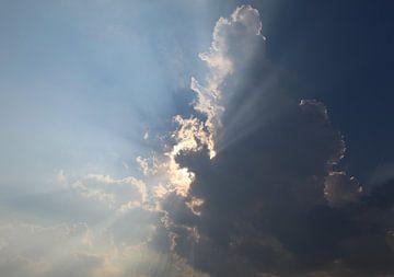 Zon achter de wolken van Britney Suoss