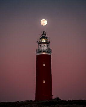 Een volle maan boven de vuurtoren van Texel II | Een reis over Waddeneiland Texel van Roos Maryne - Natuur fotografie