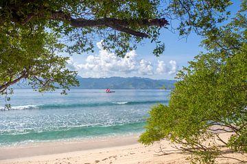 Bootjes in de zee tussen Lombok en Gili Meno van Mickéle Godderis