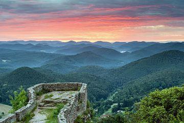 Sonnenaufgang bei der Wegelnburg in der Pfalz von Michael Valjak