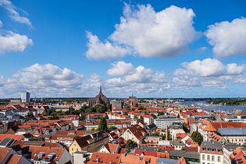 Blick über die Dächer der Hansestadt Rostock von Rico Ködder