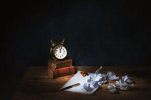Stillleben mit Humor, antikem Wecker und Büchern.angeboten. von Saskia Dingemans