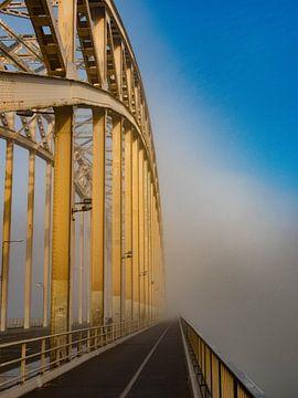 Waalbrug in de mist van Noortje van Zuidam