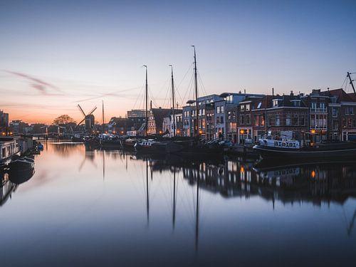 Zonsondergang in de historische haven van Leiden van