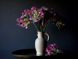Vaas met roze tulpen van