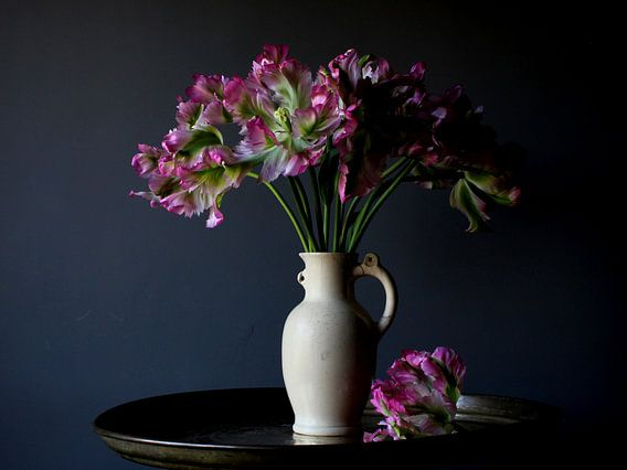Vaas met roze tulpen van Jacco van Brecht