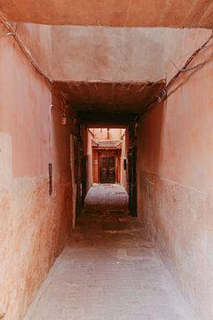 Straat doorkijk in Marrakech van sonja koning