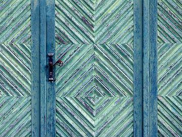 Blue Door (Zeeblauwe Deur) van Caroline Lichthart