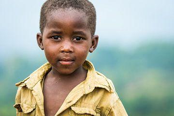 Neugieriger kleiner Junge in Uganda / Porträtfotografie / Afrika von Jikke Patist