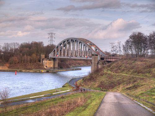 Verlaten brug over het water  in een verlaten landschap van P van Beek