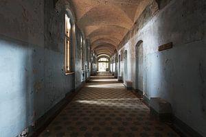 Long couloir dans un bâtiment désert sur Frank Herrmann