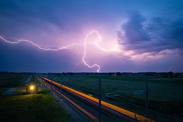Foudre au-dessus de la ligne de chemin de fer Hanze près de Kampen sur