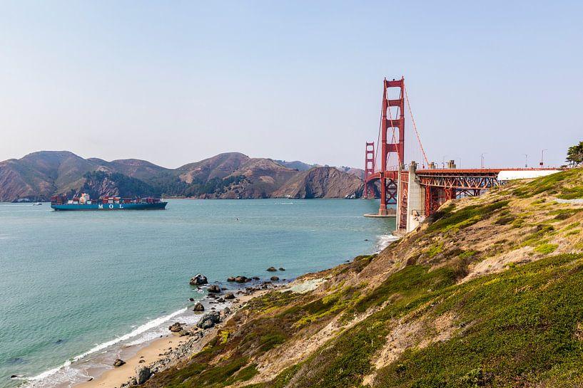 Ships sails towards Golden Gate Bridge - San Francisco von Remco Bosshard