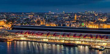 Amsterdam Centraal Station in avondlicht. van Menno Schaefer