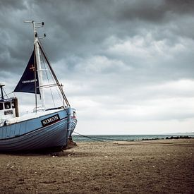 Vissersboot op het strand van Truus Nijland