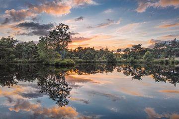 Rustig meer bij zonsondergang met verbazende wolken van Tony Vingerhoets