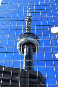 CN Toren gereflecteerd in de ruiten van een wolkenkrabber van Anna van Leeuwen