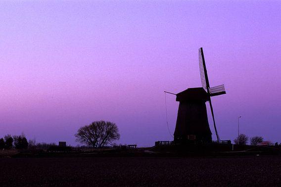 Oude windmolen in  paars maanlicht bij Schermerhorn