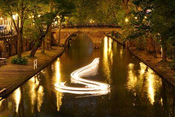 Oudegracht in Utrecht met Weesbrug en lichtspoor modelboot van