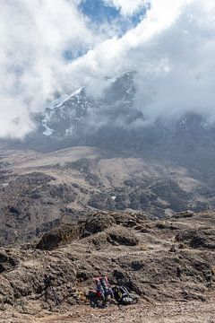 Rugzakken aan de voet van een klim van Mickéle Godderis