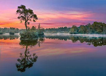 Rot und Türkis Sonne spiegelt sich in einem lake_3 von Tony Vingerhoets