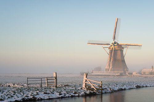 Winters landschap met een molen in de sneeuw