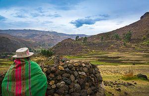 Peruanische Frau schaut über das Tal