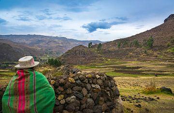 Peruanische Frau schaut über das Tal von Rietje Bulthuis