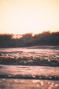 Zonsondergang achter de golven van Tes Kuilboer