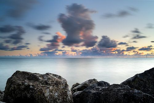 Eindeloze IJsselmeer kust bij zonsondergang