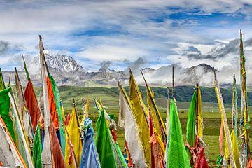 Tagong. Gebetsfahnen, hügelige Ebenen und der heilige Berg Yala. von Theo Molenaar