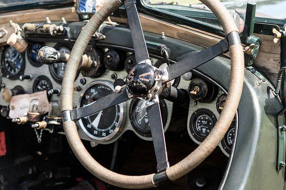 Vintage Bentley dashboard uit de jaren 20 met geborsteld aluminium