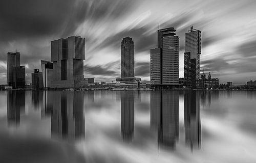 skyline van rotterdam in zwartwit