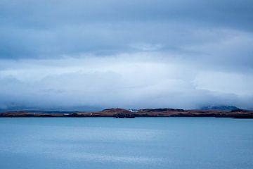 Uitzicht over de baai van Reykjavik, IJsland van Marcel Alsemgeest