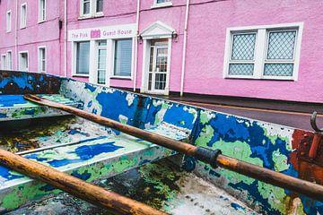 Roze, groen en blauw in Portree, Isle of Skye, Schotland van Paul van Putten