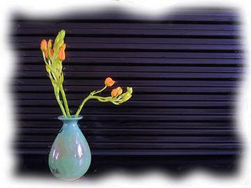 Blaue Vase und orange Blumen von Maurice Dawson