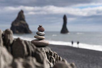 steenmannetje aan kust van Vik (IJsland) van eusphotography