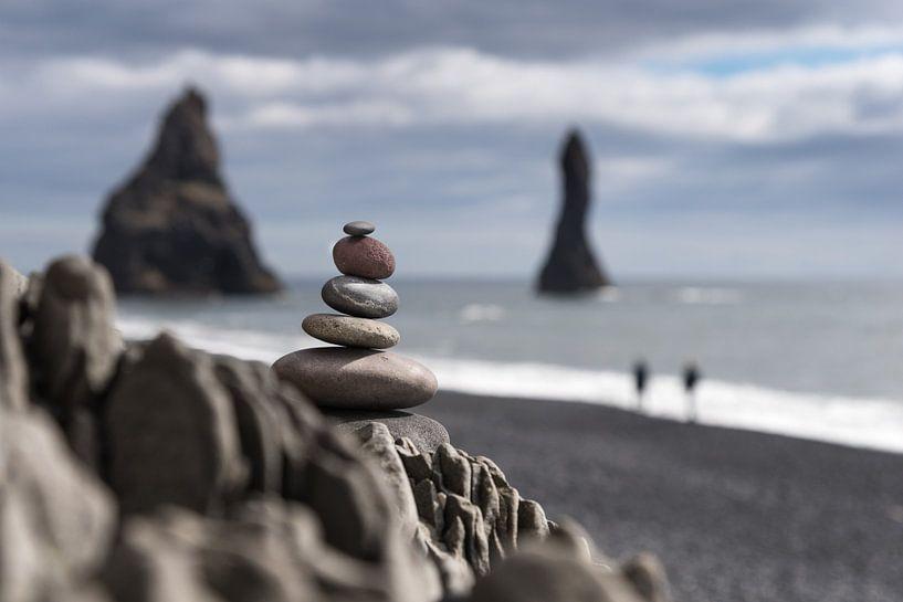 steenmannetje aan kust van Vik (IJsland) van Eus Nieuwenhuizen