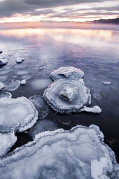 zon op het in de herfst ijskoude meer van Michael Semenov