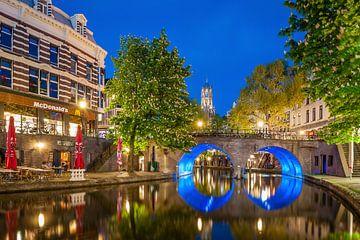 Oudegracht à Utrecht en arrière-plan tour du Dom sur John Verbruggen
