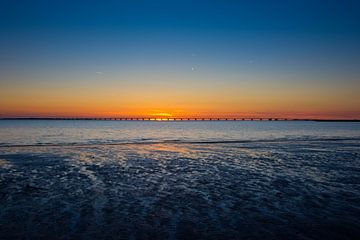 Sonnenuntergang am Zeelandbrug von Jan van Broekhoven